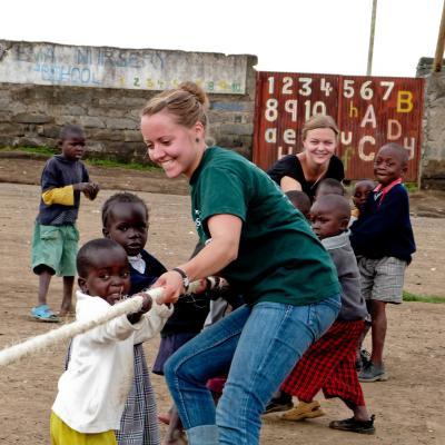 En su voluntariado con niños en Ghana, dos voluntarias enseñan a los pequeños a trabajar en equipo.